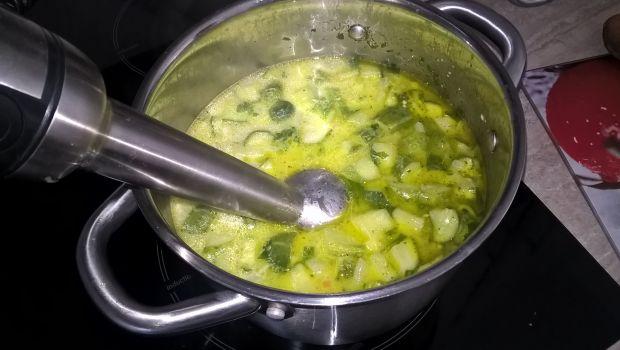 Zupa ze świeżych ogórków.