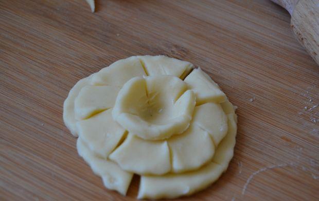 Bezglutenowe  róże z konfiturą z żurawiny
