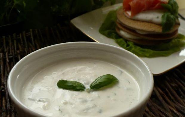 Bliny z łososiem i sosem jogurtowym