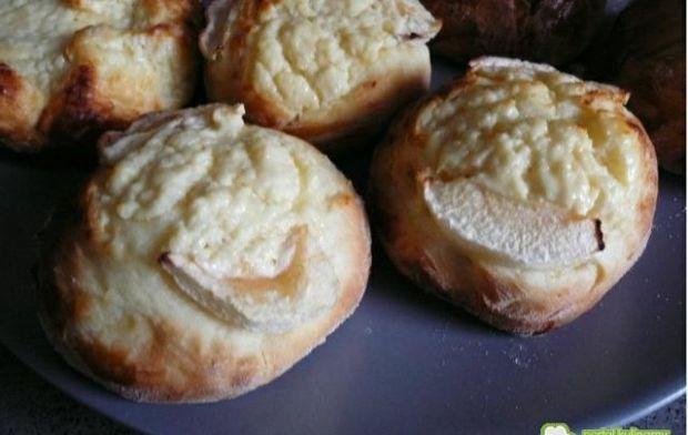 Bułki drożdżowe z białym serem i jabłkie
