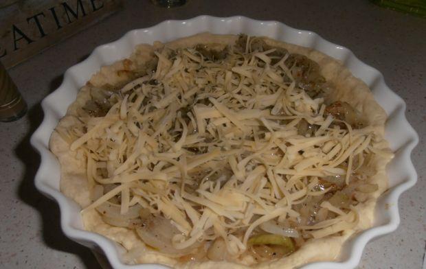 Cebulowy quiche z chipsami z boczku