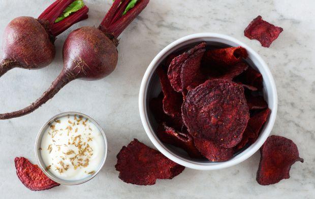 Chipsy z buraka z sosem czosnkowym