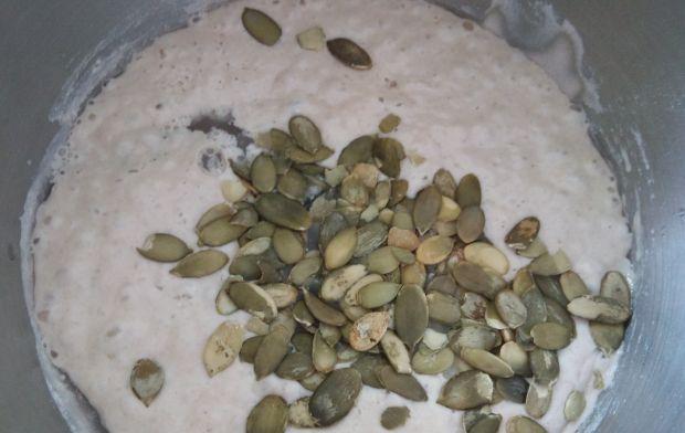 Chleb pszenny z pestkami dyni na zakwasie