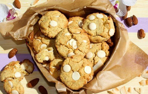 Ciasteczka kokosowo-migdałowe z białą czekoladą
