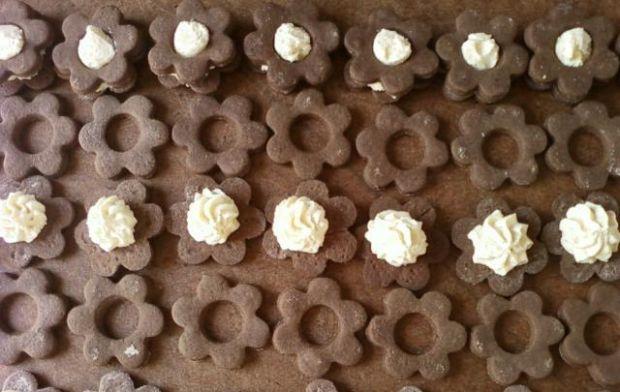 Ciasteczka z masą kokosową - Na każde ciasteczko bez dziurki nakładamy masę kokosową