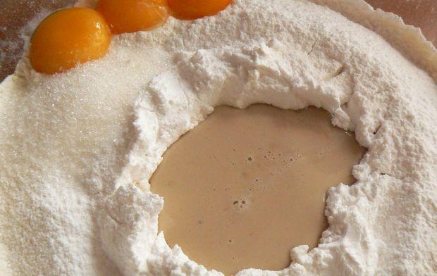 Ciasto drożdżowe z truskawkami i borówkami