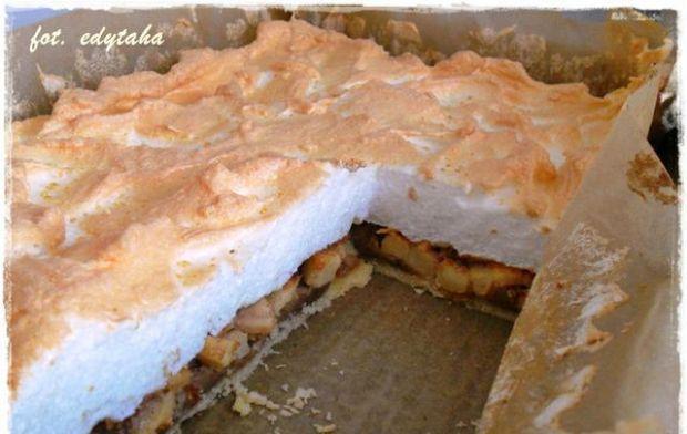 Ciasto kruche z jabłkami i bezą - Ciasto bardzo ładnie się kroi ponieważ masa jabłkowa jest zwarta.