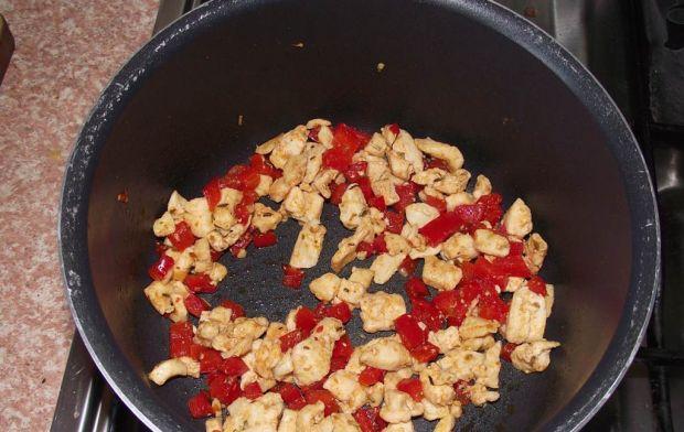 Cukinia faszerowana ryżem z warzywami i kurczakiem