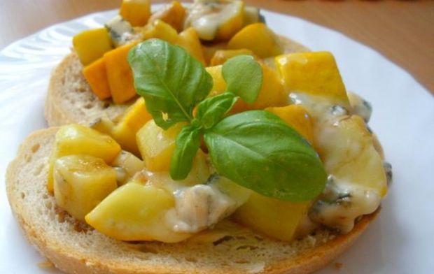 Cukinia z gorgonzolą i miodowym sosem