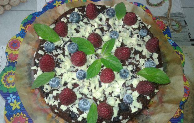 Czekoladowe ciasto z malinami i borówkami