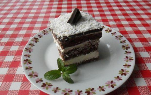 Czekoladowe ciasto z masą śmietankową.