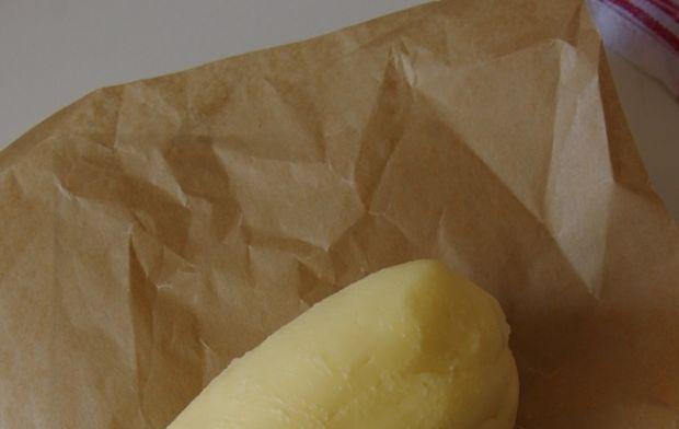 Domowe masło ze śmietany (krok po kroku)