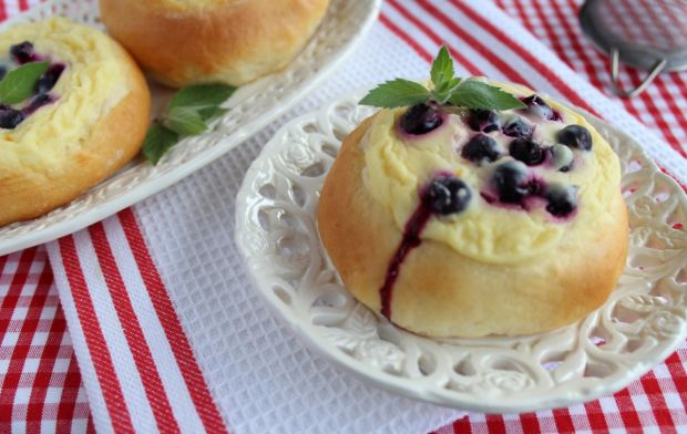 Drożdżówki z jagodami i serem