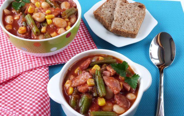 Fasolka z kukurydzą w sosie pomidorowym