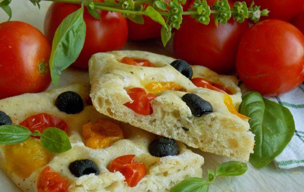 Focaccia z kozim serem i pomidorkami koktajlowymi