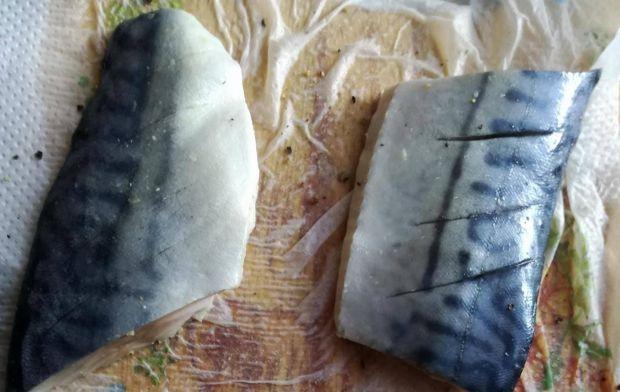 Grillowana makrela na szpinaku z truskawkami