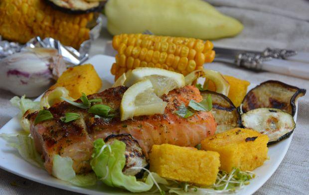 Grillowany łosoś z warzywami i polentą