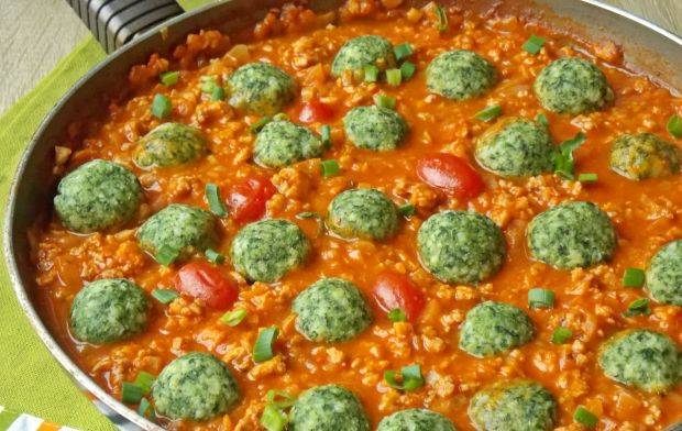 Jaglane klopsiki ze szpinakiem w sosie pomidorowym