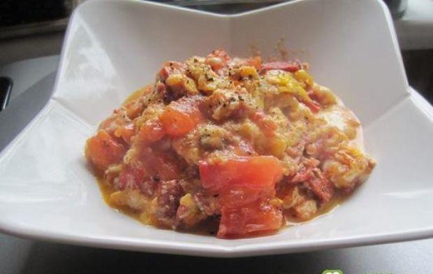 Jajecznica z salami i pomidorem