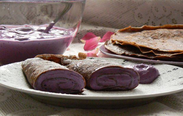 Kakaowe naleśniki z serem i musem borówkowym