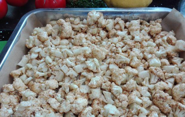 Kalafior curry w orzechowej posypce z łososiem