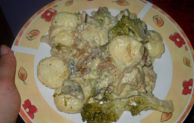 Kluski ślaskie z kurkami i brokułami