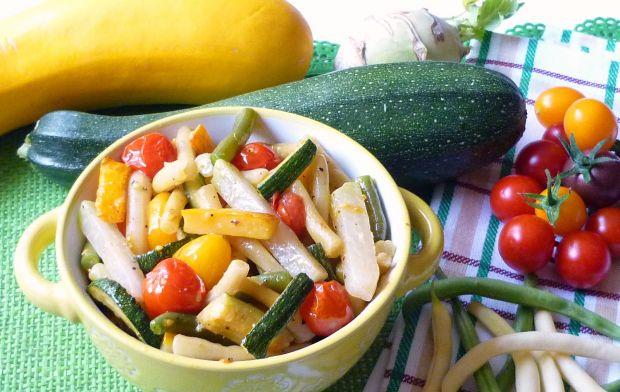 Kolorowa fasolka z kalarepą i pomidorami