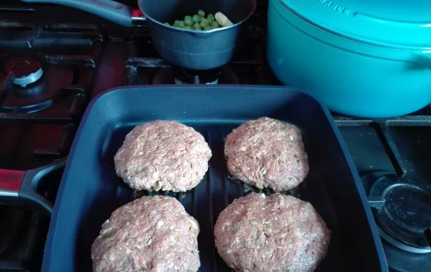 Koperkowy burger wolowy z domowymi frytkami