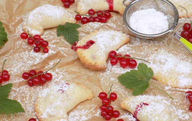 Kruche ciasteczka z czerwoną porzeczką
