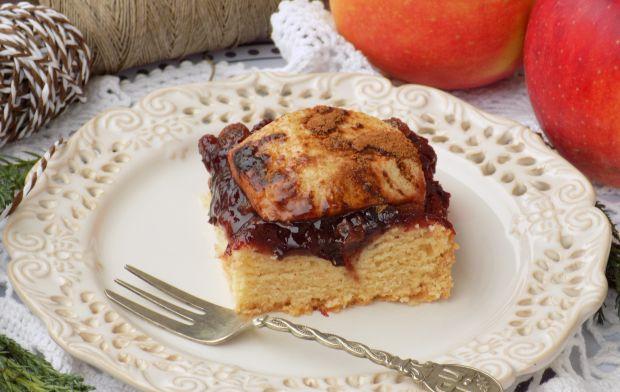Kruche ciasto z powidłem, rodzynkami i jabłkiem
