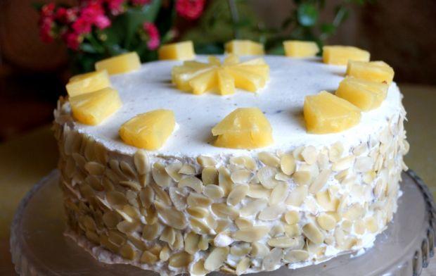 Marchewkowo-anansowy tort z migdałami i kokosem