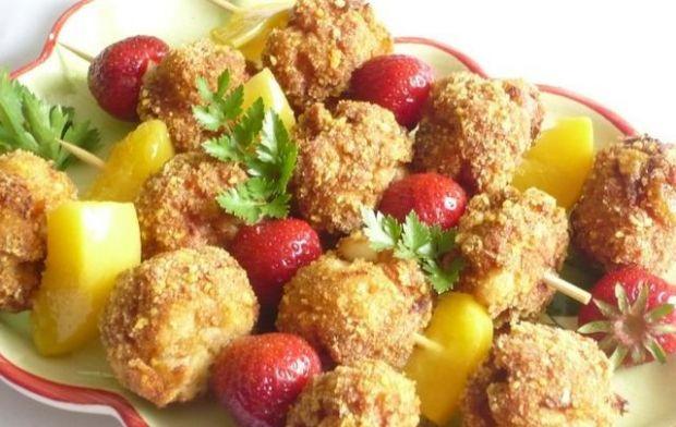 Mięsne szaszłyki z owocami