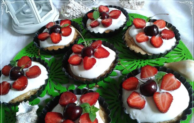 Odchudzone biszkoptowe tartniki z owocami