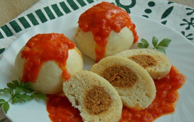 Pampuchy z mięsem w sosie z pieczonej papryki