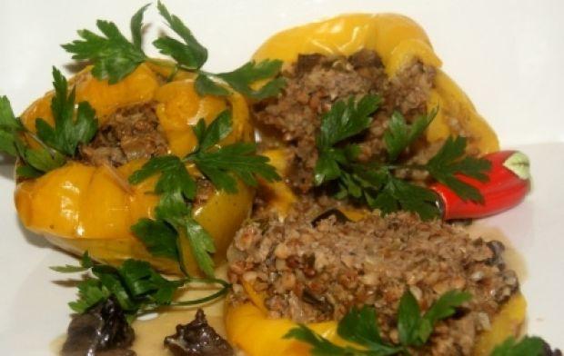 Papryki z mięsem , kaszą gryczaną i grzybami
