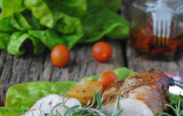 Pieczeń cielęca z rozmarynem i suszonymi pomidoram