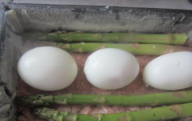 Pieczeń ze szparagami i jajkiem