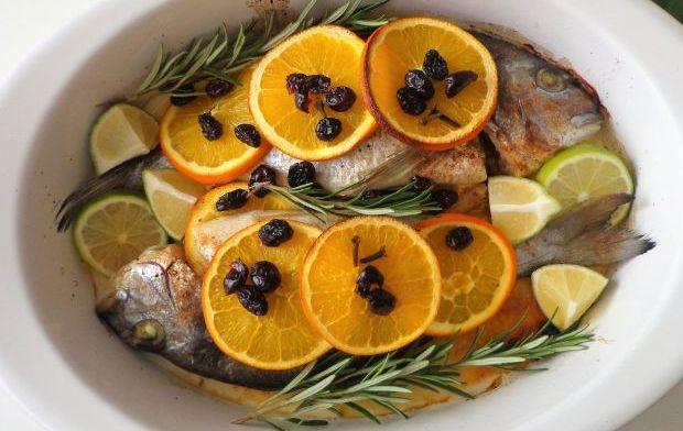 Pieczona dorada z pomarańczą, limonką i suszoną żurawiną