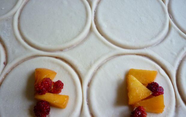 Pierogi z brzoskwiniami i komosą