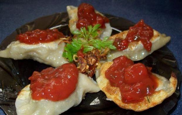 Pierogi z grzybami i sosem salsa