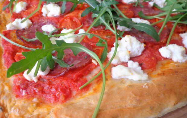 Pizza na grubym cieście z salami i pomidorkami