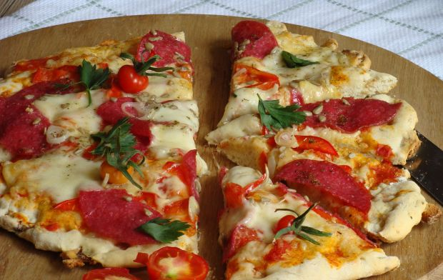 Pizza na grzankowym spodzie