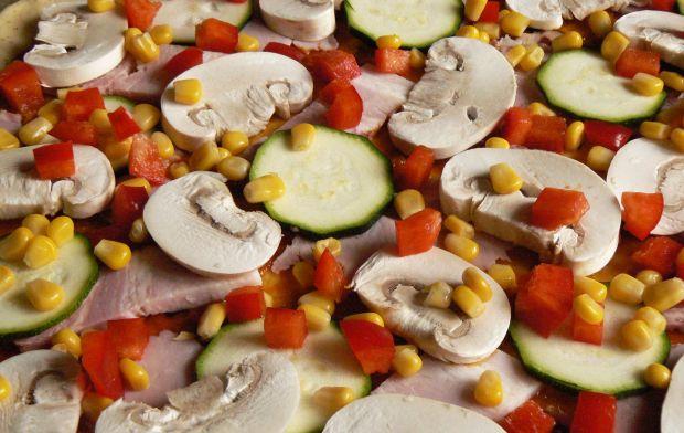 Pizza z boczkiem i warzywami
