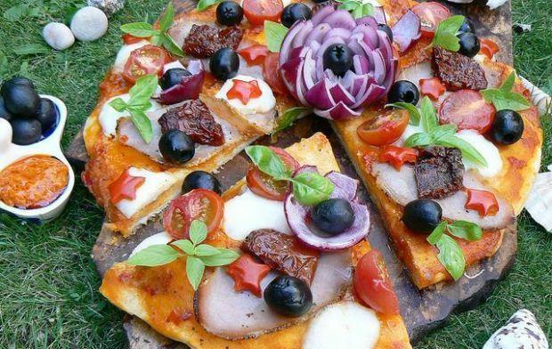 Pizza z pesto paprykowym pod gwiazdami