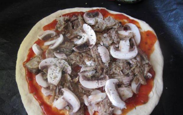 Pizza z pieczoną karkówką i pieczarkami