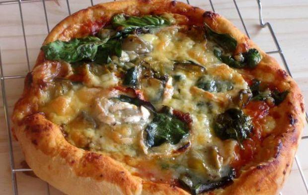 Pizza z serową, puchatą  otoczką