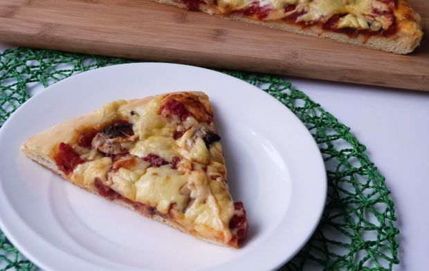 Pizza z wędliną i pieczarkami