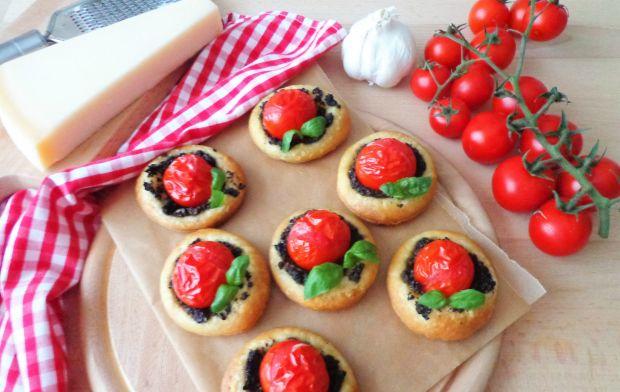 Pizzette z pomidorkami i czarnymi oliwkami