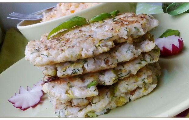 Placuszki rybne z kaszą i sałatą