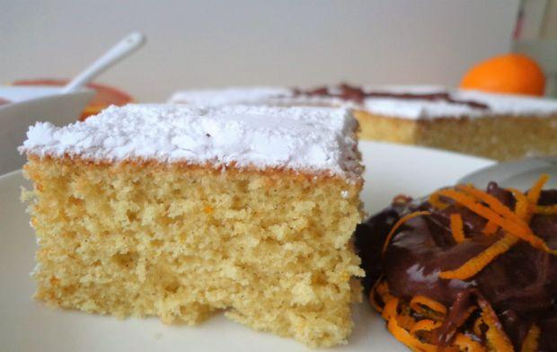 Pomarańczowe włoskie ciasto karnawałowe